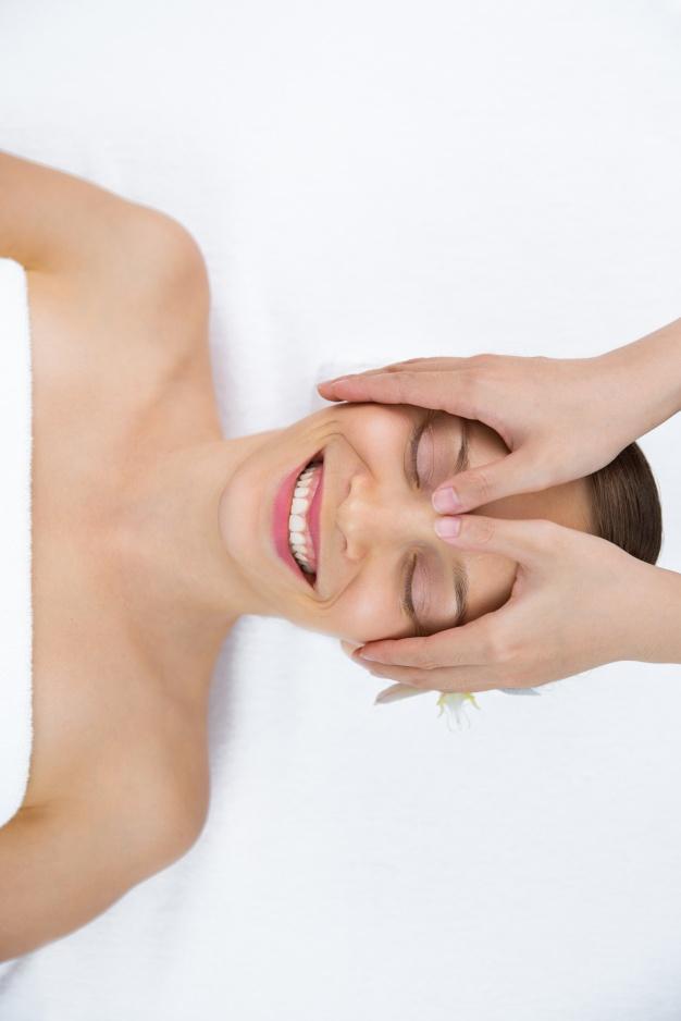 femme-recevant-massage-visage
